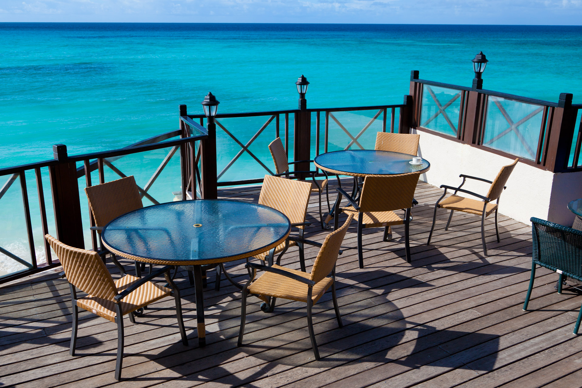 restaurant-tables-with-sea-view
